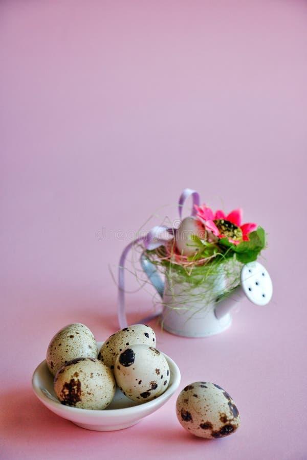 Decoraciones de Pascua en un fondo rosado imagen de archivo