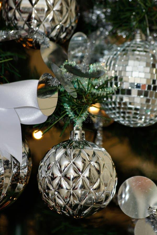 Decoraciones de plata y blancas del árbol de navidad fotos de archivo