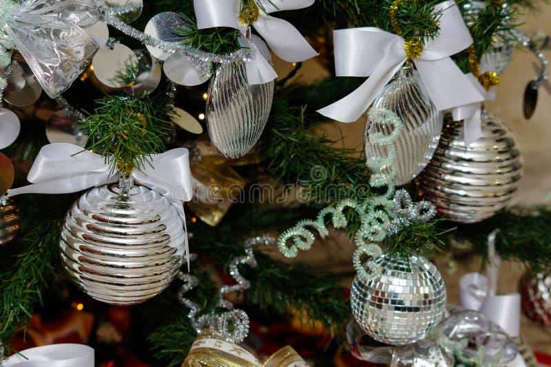 Decoraciones de plata y blancas del árbol de navidad imágenes de archivo libres de regalías