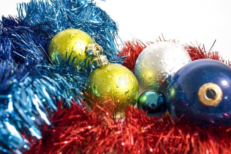 Decoraciones del árbol de navidad, bolas colorated aisladas en un whte b fotos de archivo libres de regalías