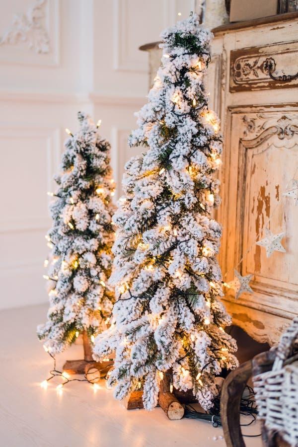 Decoraciones del árbol de navidad Juegue las de fieltro-botas y los arcos y los conos hechos punto del vintage en árbol de los cr imagen de archivo