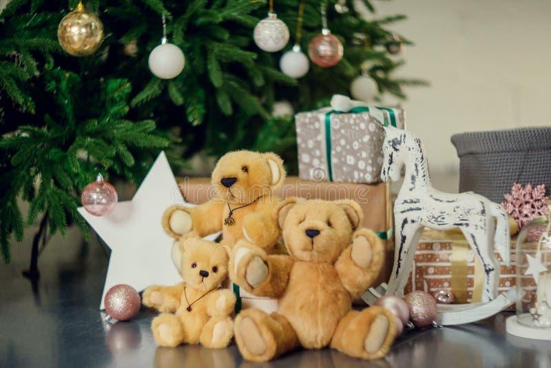 Decoraciones del Año Nuevo en colores azules y beige Juegue el oso, las linternas blancas decorativas y las cajas de regalo debaj imágenes de archivo libres de regalías