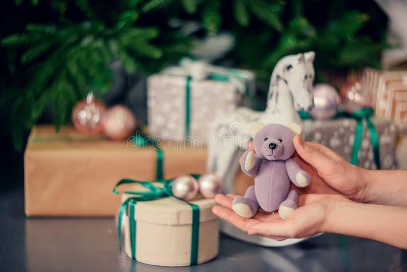Decoraciones del Año Nuevo en colores azules y beige Juegue el oso, las linternas blancas decorativas y las cajas de regalo debaj fotografía de archivo