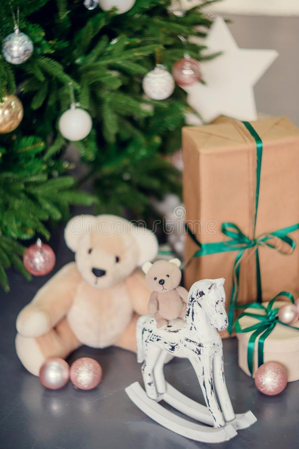 Decoraciones del Año Nuevo en colores azules y beige Juegue el oso, las linternas blancas decorativas y las cajas de regalo debaj imagen de archivo libre de regalías