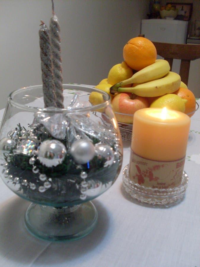 Decoraciones del Año Nuevo y de la Navidad con la fruta fotografía de archivo libre de regalías