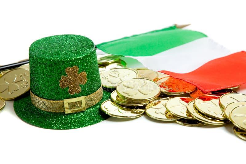 Decoraciones del día del St. Patrick en blanco fotos de archivo