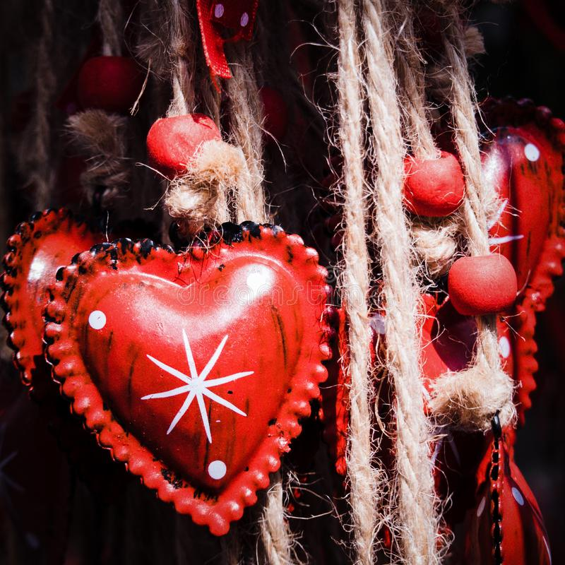Decoraciones del metal, forma rojas del corazón, con las cuerdas y las perlas rojas, para las tarjetas del día de San Valentín y  imágenes de archivo libres de regalías