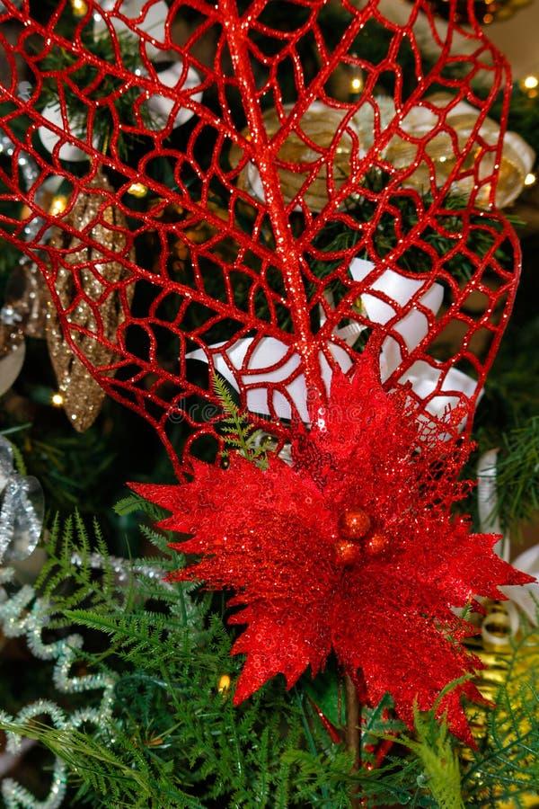 Decoraciones del oro, blancas y rojas del árbol de navidad imagenes de archivo