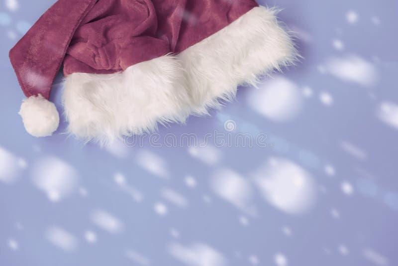 Decoraciones del sombrero de Claus de la tradición, copos de nieve en el primer azul colorido del fondo Fondo festivo para el dis imagen de archivo libre de regalías