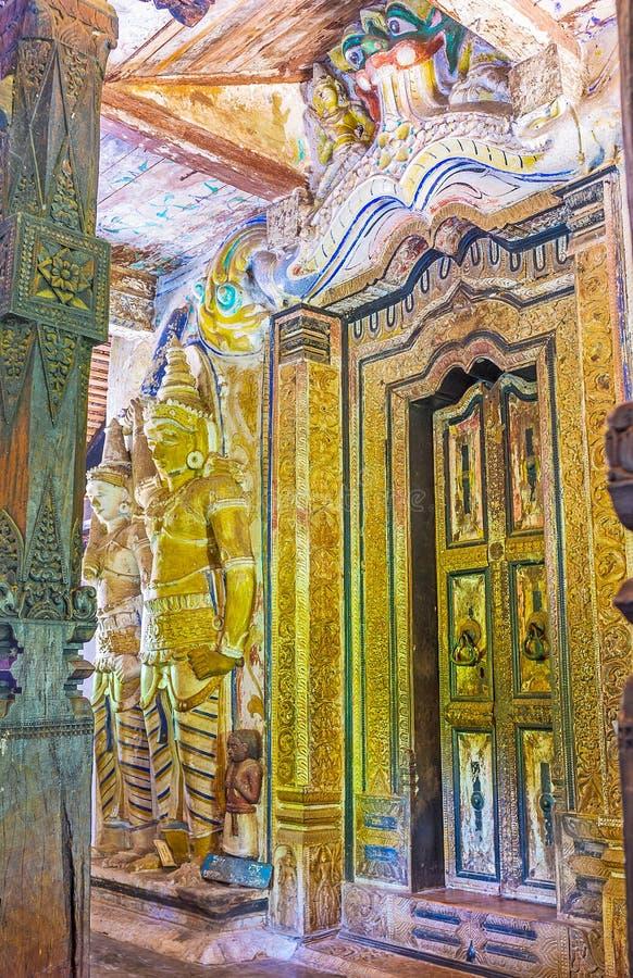Decoraciones del templo de Padeniya imagenes de archivo
