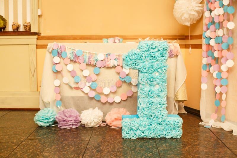 Decoraciones elegantes del cumpleaños para la niña en su primer cumpleaños fotografía de archivo