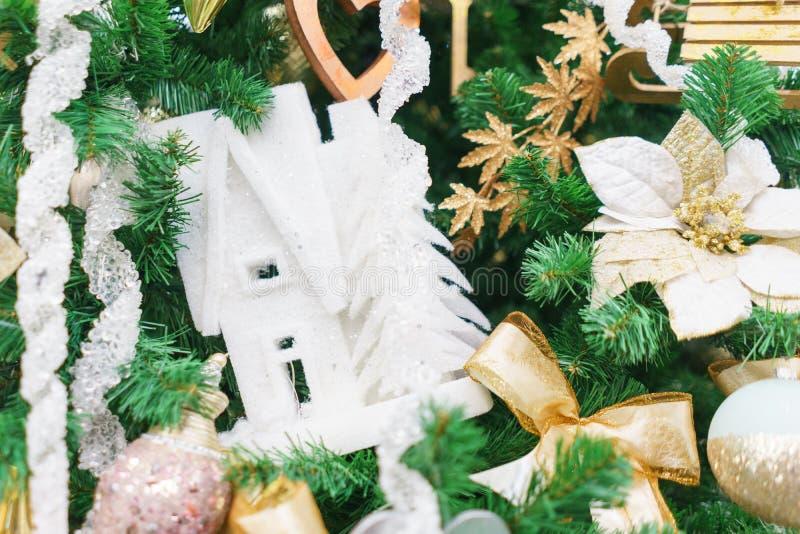 Decoraciones festivas brillantes que celebran la Navidad y el A?o Nuevo imagenes de archivo
