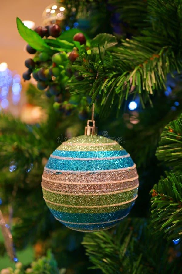 Decoraciones festivas de la estación con el ornamento formado bola del brillo del multicolor en el árbol de navidad imagen de archivo libre de regalías