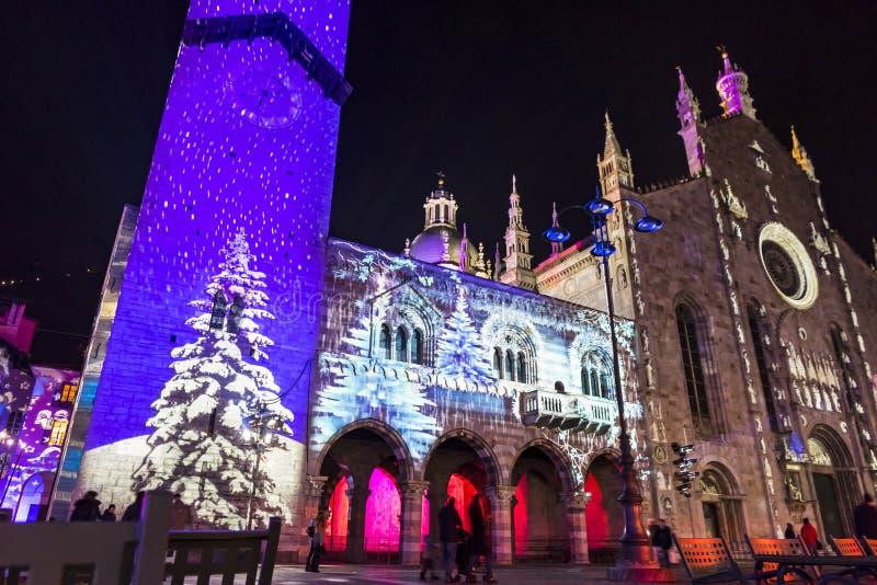 Decoraciones festivas de la Navidad en fachadas de edificios en Como, I fotografía de archivo