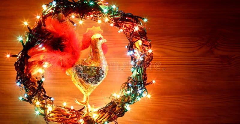Decoraciones hechas a mano de los gallos del arte Tarjeta de la plantilla del día de fiesta de la Feliz Año Nuevo y de la Feliz N fotos de archivo libres de regalías