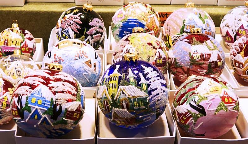 Decoraciones hechas a mano tradicionales para el árbol de navidad en los mercados de la Santa Lucía, Bolonia imágenes de archivo libres de regalías
