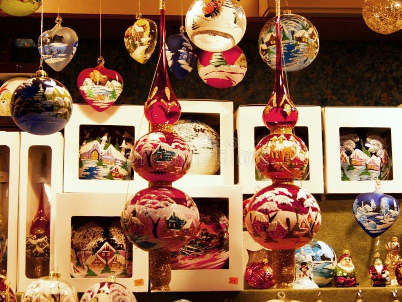 Decoraciones hechas a mano tradicionales para el árbol de navidad en los mercados de la Santa Lucía, Bolonia imagenes de archivo