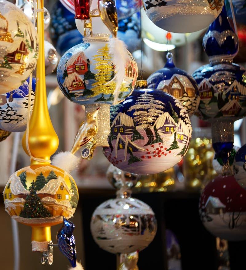 Decoraciones hechas a mano tradicionales para el árbol de navidad en los mercados de la Santa Lucía, Bolonia foto de archivo libre de regalías