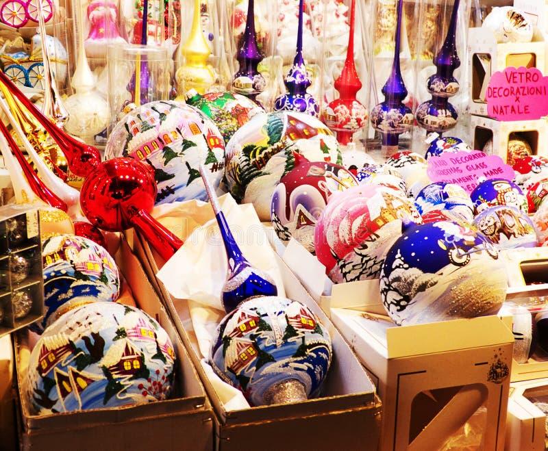 Decoraciones hechas a mano tradicionales para el árbol de navidad en los mercados de la Santa Lucía, Bolonia fotografía de archivo
