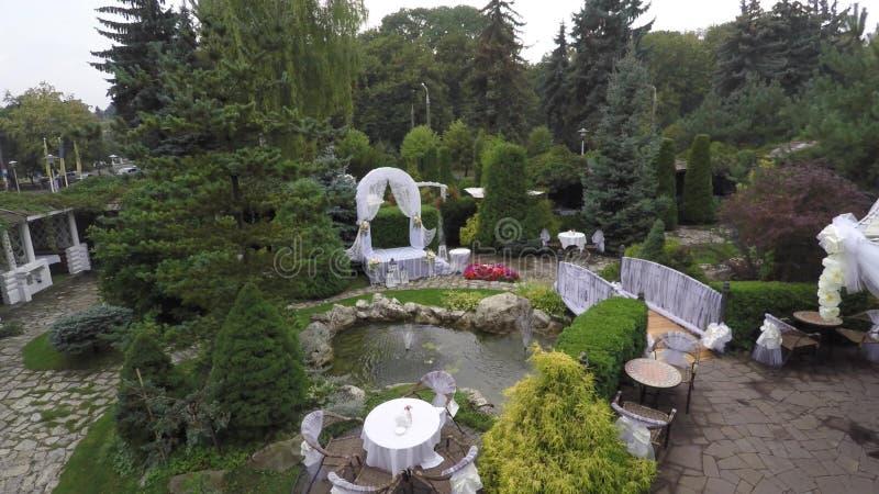 Decoraciones hermosas de la boda Decoración de la boda en jardín imagenes de archivo