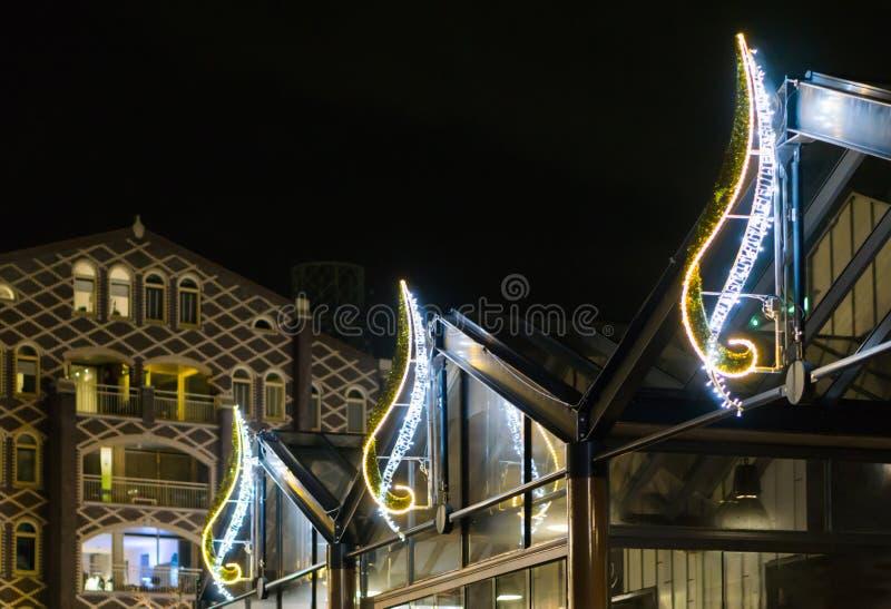 Decoraciones hermosas de la luz de la Navidad en los edificios para adornar las calles de la ciudad en la noche imágenes de archivo libres de regalías