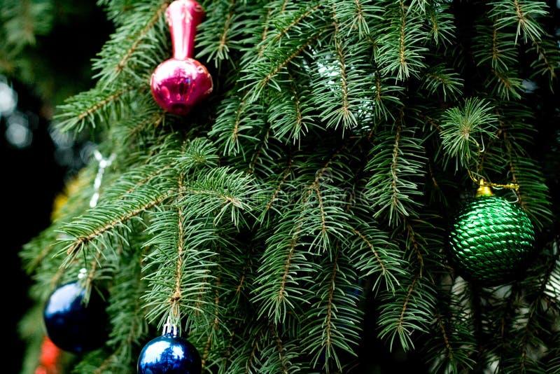 Decoraciones hermosas de la Navidad del color que cuelgan en el árbol de navidad foto de archivo