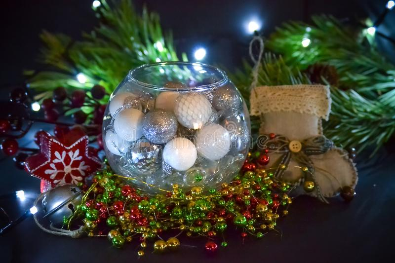 Decoraciones hermosas de la Navidad en el vidrio redondo Ramas de la picea, luz velas y media de la Navidad imagenes de archivo