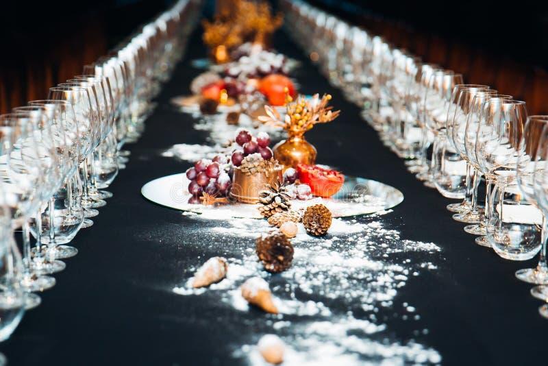 Decoraciones hermosas de la tabla de la Navidad con nieve imagenes de archivo