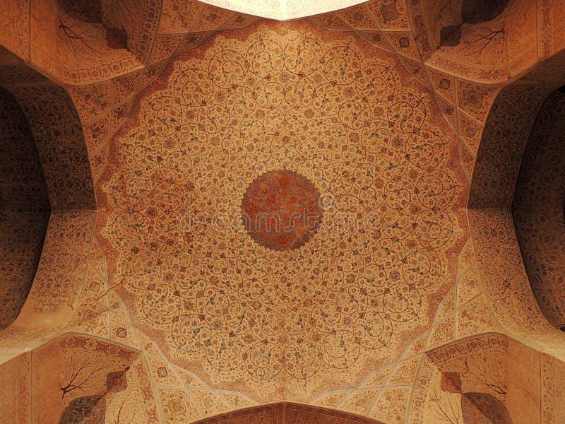 Decoraciones imponentes del techo en el palacio de Ali Qappu en Isfahán foto de archivo libre de regalías