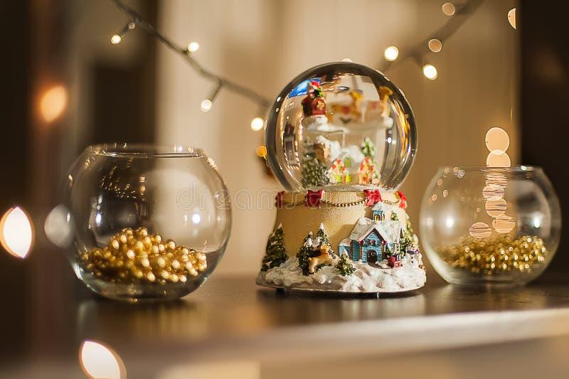 Decoraciones interiores de la Navidad Luces de la Navidad de las guirnaldas Bola musical de la nieve del juguete del Año Nuevo imagen de archivo libre de regalías
