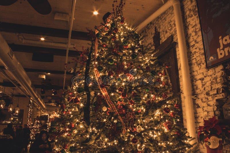 Decoraciones interiores hermosas de la Navidad fotografía de archivo