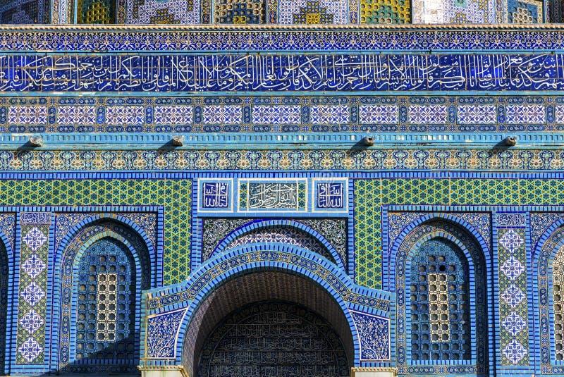 Decoraciones islámicas la Explanada de las Mezquitas islámica Jerusalén Israel de la roca de la bóveda imagen de archivo libre de regalías