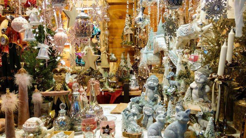 Decoraciones maravillosas en el mercado tradicional de la Navidad de Salzburg en Austria imagen de archivo