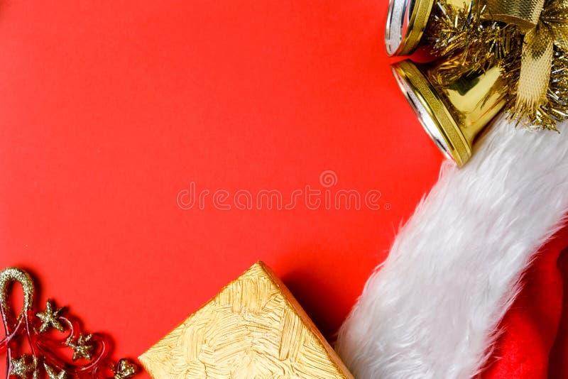 Decoraciones navideñas, regalo, campanas, sombrero rojo de Papá Noel al revés fotos de archivo