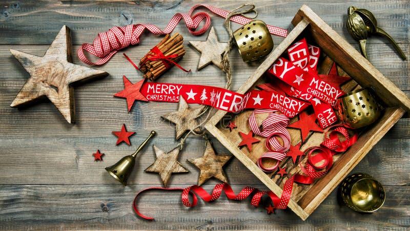 Decoraciones, ornamentos y herramientas de la Navidad Oscuridad del estilo del vintage imagenes de archivo