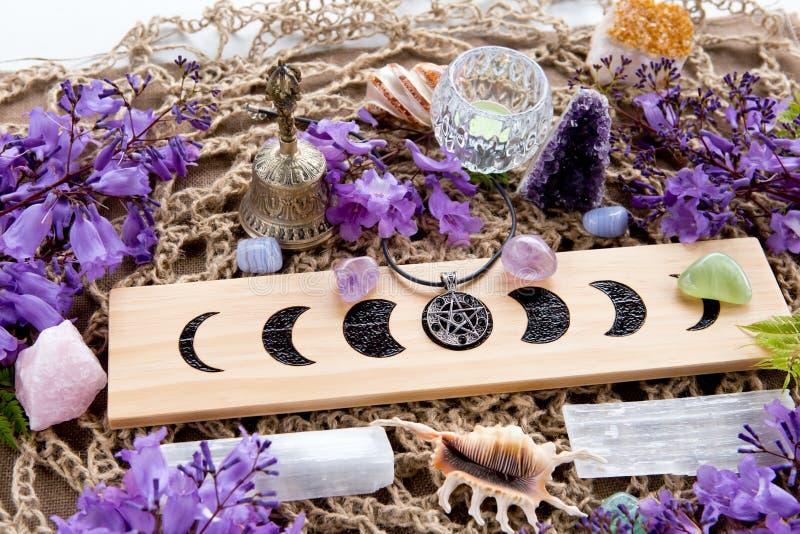 Decoraciones paganas del altar de la bruja de la Luna Llena con las fases de la luna, crysta imagen de archivo libre de regalías