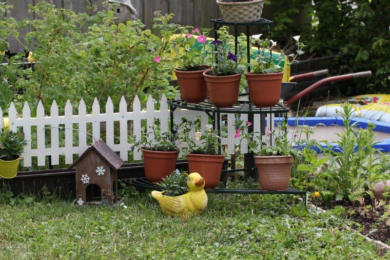 Decoraciones para el jard n imagen de archivo imagen de for Jardines decoraciones