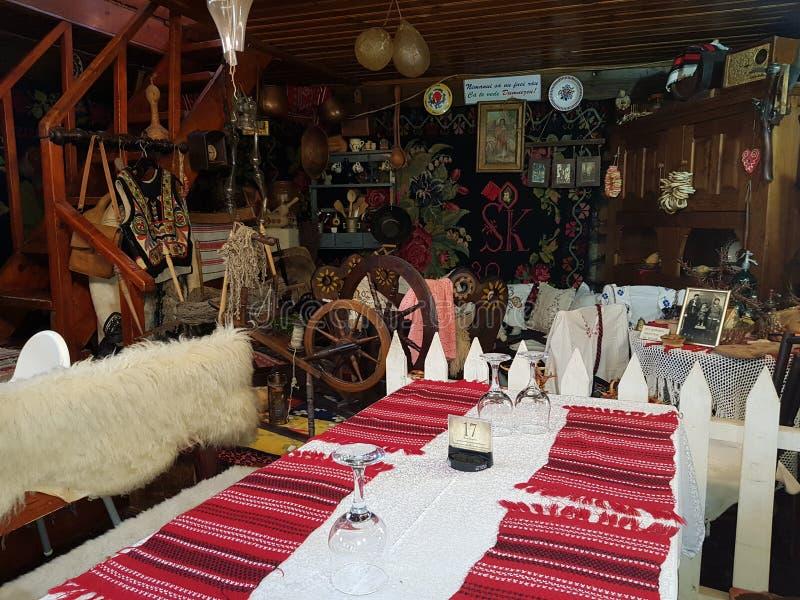 Decoraciones rústicas rumanas tradicionales en un restaurante fotografía de archivo