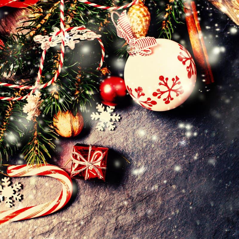 Decoraciones retras de la Navidad en fondo oscuro en estilo del vintage foto de archivo