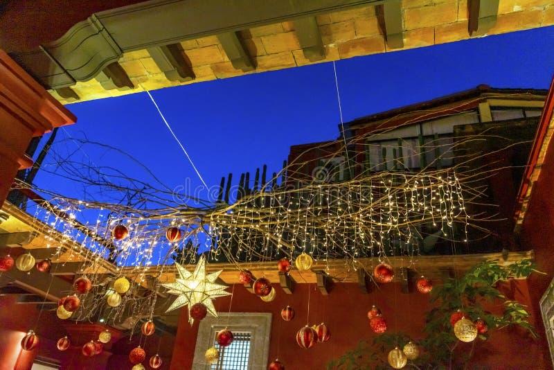 Decoraciones rojas azules mexicanas coloridas Oaxaca Juarez México de la Navidad de la calle foto de archivo libre de regalías