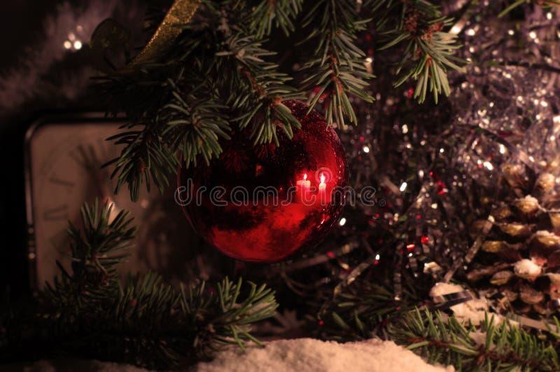 Decoraciones rojas del juguete de la bola en árbol imagen de archivo