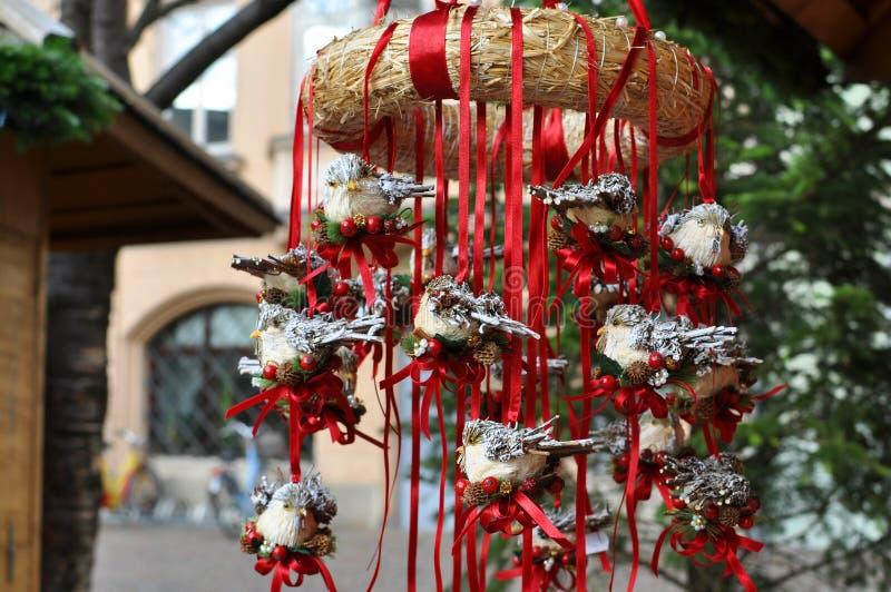 Decoraciones rojas del pecho del petirrojo en un mercado de la Navidad fotos de archivo
