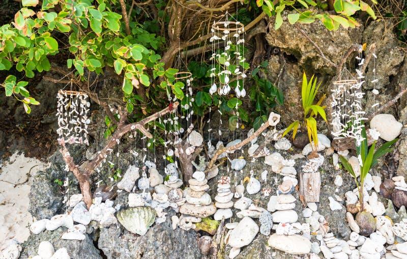 Decoraciones tradicionales de la concha marina de Filipinas en la playa de Puka fotos de archivo libres de regalías