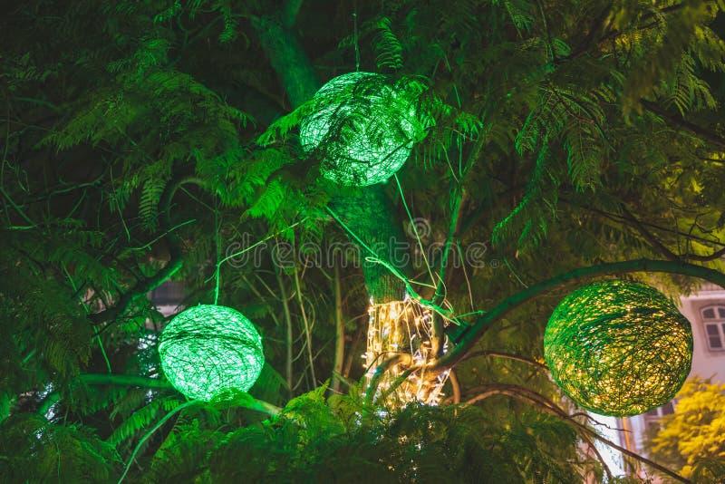 Decoraciones verdes de las luces de la bola de la Navidad en un árbol, Lisboa, Portugal imagenes de archivo