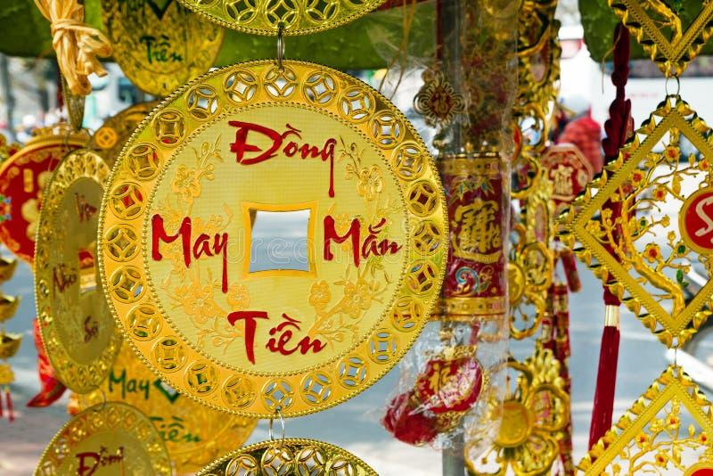Decoraciones vietnamitas y chinas del Año Nuevo rojas y colores oro en una calle Se traduce la inscripción - Lucky Money Series imágenes de archivo libres de regalías