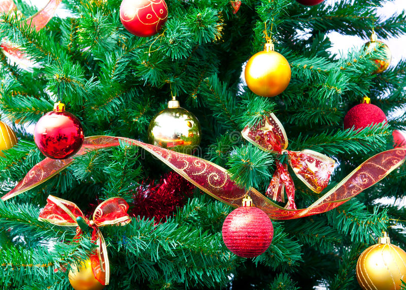 Decoraciones y árbol de la Navidad foto de archivo