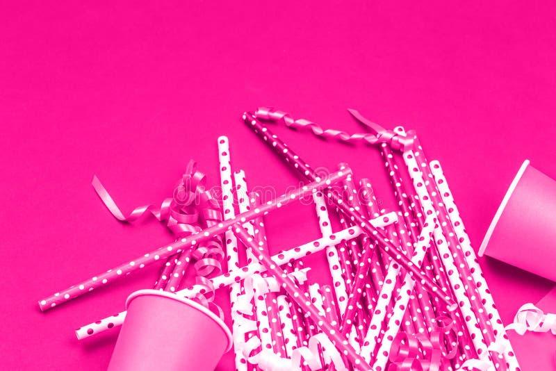 Decoraciones y accesorios del partido en el monocromo rosado de neón imagen de archivo