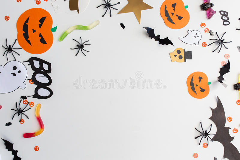 Decoraciones y dulces del papel del partido de Halloween imagen de archivo libre de regalías