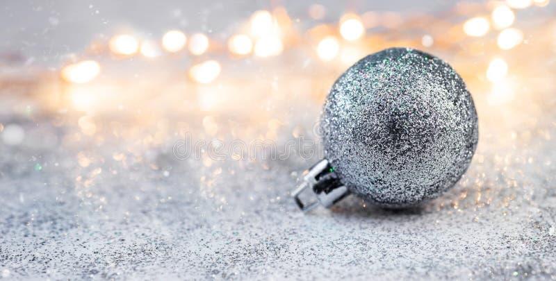 Decoraciones y guirnaldas de la composición de la Navidad en un fondo brillante fotografía de archivo
