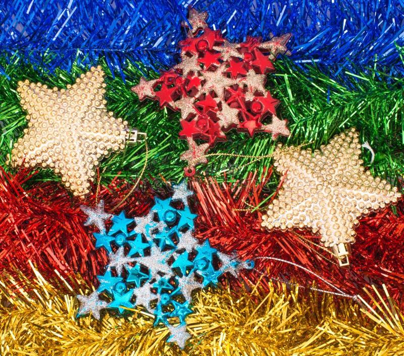 Decoraciones y ornamentos de la Navidad en fondo colorido imagen de archivo
